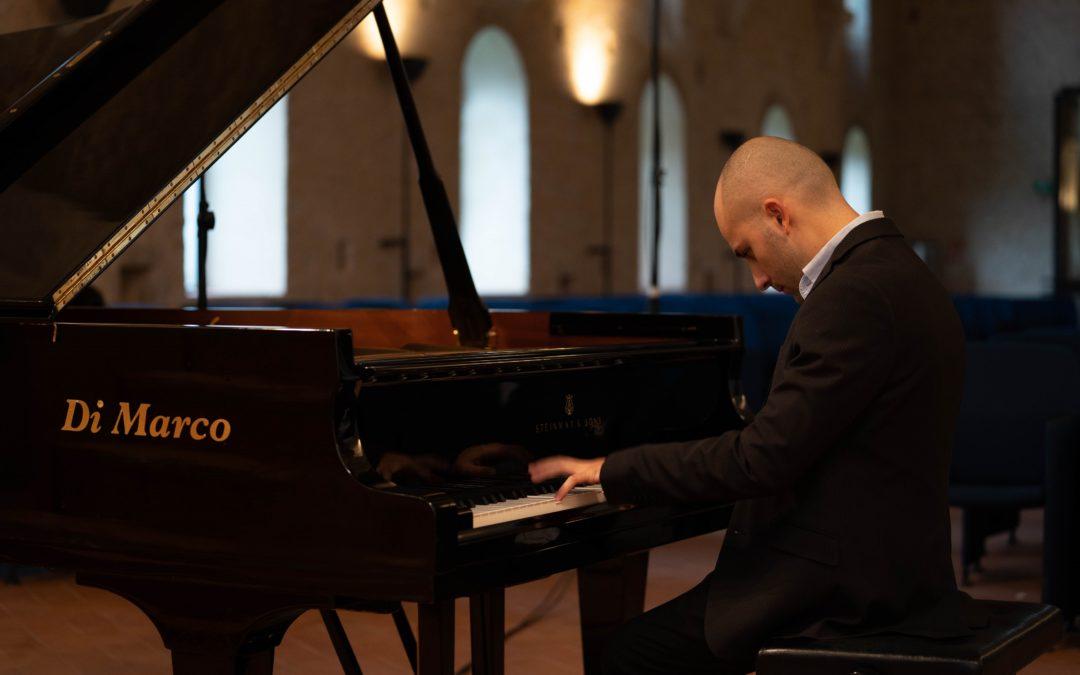 Alessandro Costantino Bianchi, il pianista di Latina che porta Mozart a Fossanova